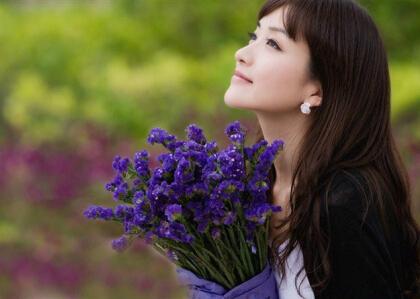 QQ说说心情短语:爱一个人很简单,就是说了晚安之后还想说晚安