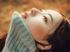假装坚强的经典说说:除了爱情,我可以一个人唱歌,一个人旅行